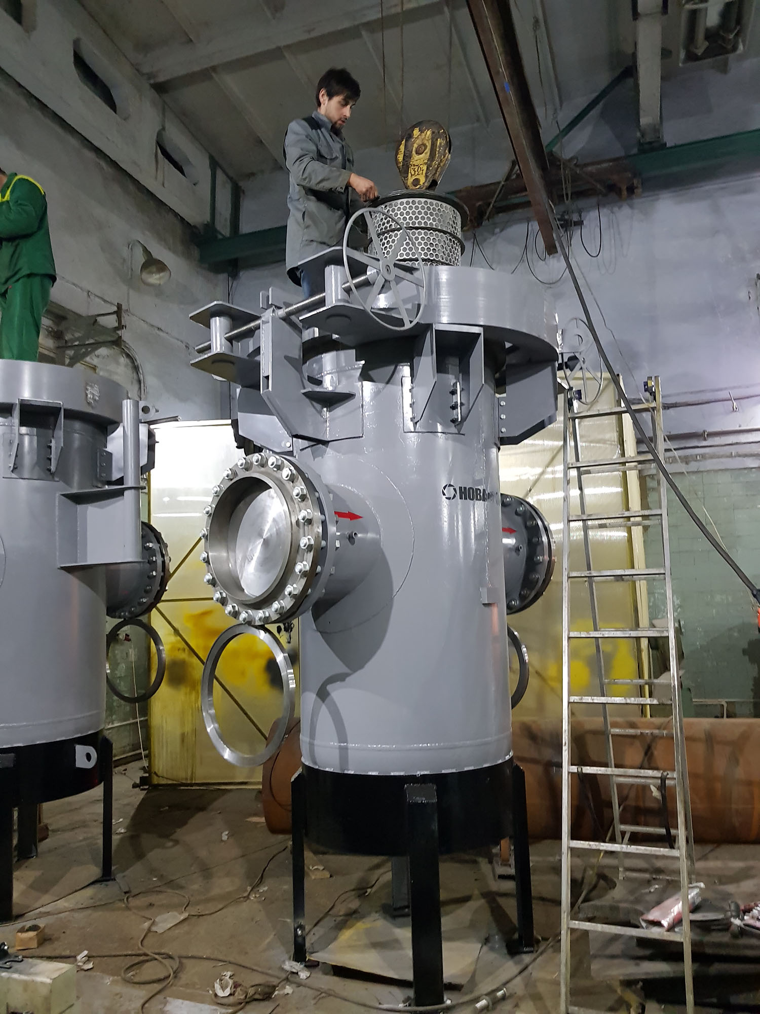 Установка фильтрующего картриджа в нефтяной фильтр сконцевым затвором DN1000 PN16